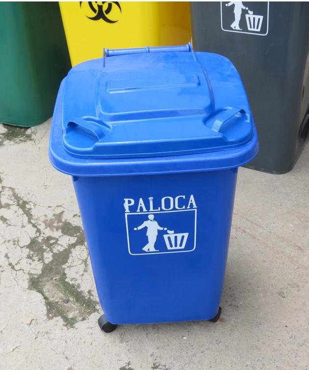 Thùng rác nhìn từ trên xuống có nắp tay cầm tiện dụng và chắc chắn