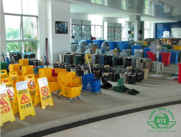 Các mẫu sản phẩm thùng rác được công ty bày bán cùng A35A